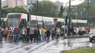 Tramvay yolunda kaza! Seferler aksadı, yolcular yürüdü
